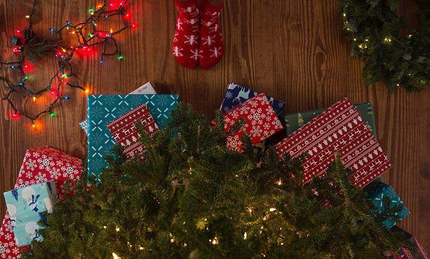 regalos bajo un árbol de Navidad y luces de colores.