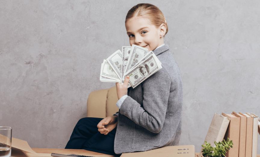 niña feliz con dinero
